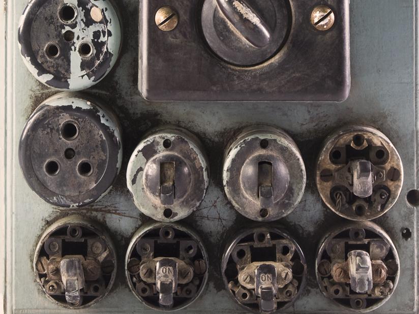 Alte Steckdosen und Lichtschalter