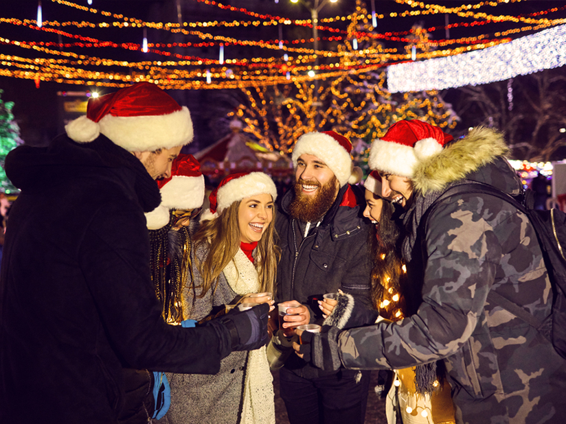 Glühwein auf dem Weihnachtsmarkt trinken